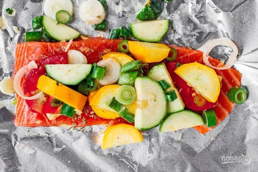 4.Разделите овощи между 4 кусочками рыбы, выложите поверх горбуши.
