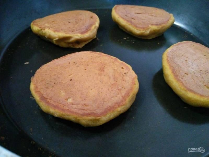 Выпекайте тыквенно-гречневые панкейки на сухой сковороде с двух сторон (по 2-3 минуты) при умеренном нагреве, что позволит оладьям хорошо пропечься.
