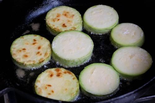 В сковороду наливаем растительное масло и обжариваем на нем кружочки с каждой стороны до румяной корочки.