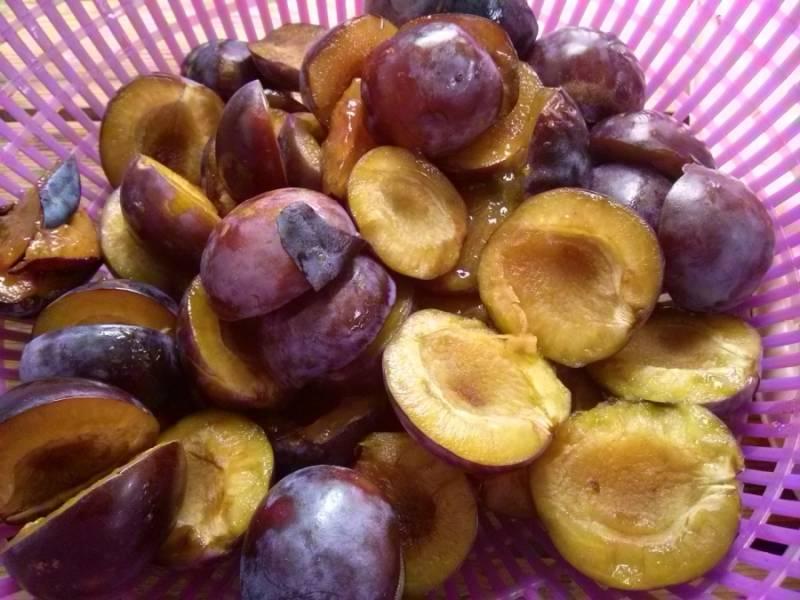 1 Для начала сливы необходимо как следует вымыть. Тщательно переберите фрукты, чтобы не попались плохие. Аккуратно разрежьте пополам, удалите косточки.