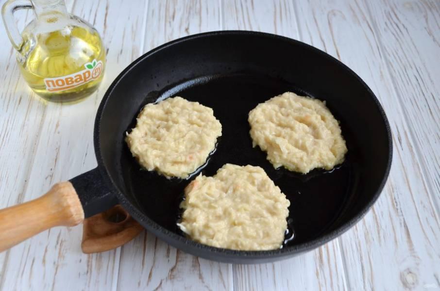 6. Разогрейте сковороду, налейте совсем немного масла, столовой ложкой положите картофельную массу и жарьте до красивой золотистой корочки. Лопаткой переверните драники и обжарьте с другой стороны. Огонь минимальный, крышкой накрывать не нужно.
