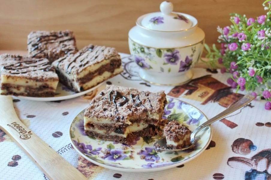 Готовый пирог охладите, достаньте из формы, нарежьте и подавайте к столу.