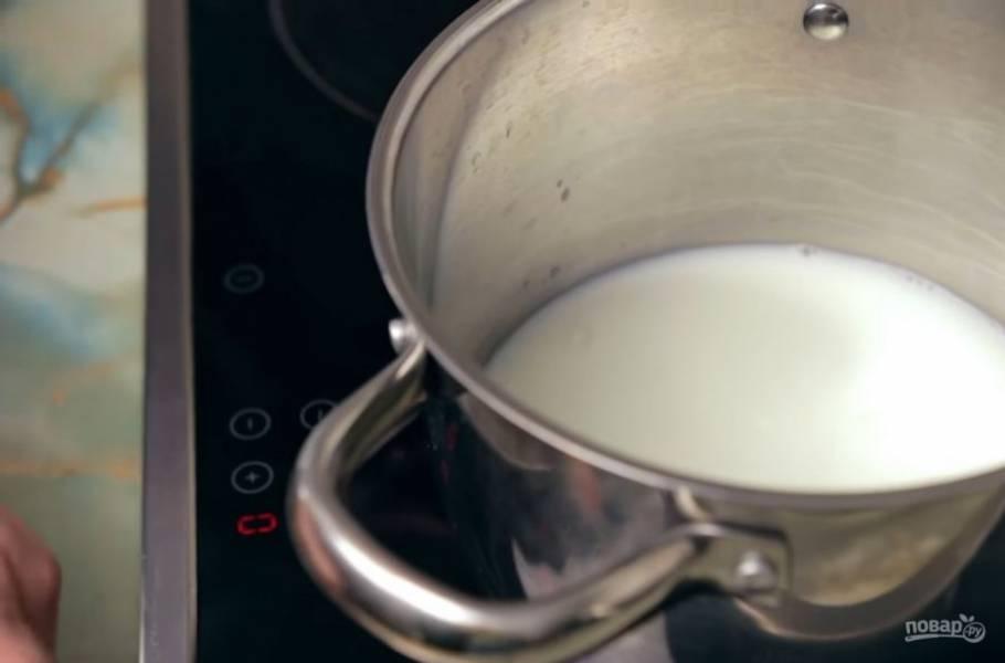 1. Сначала в кастрюлю вылейте воду и добавьте к ней молоко. Доведите смесь до кипения.