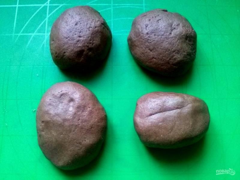 ...затем тщательно руками. Разделите тесто на 4 части, заверните в пищевую пленку и оставьте на 1 час в холодильнике.