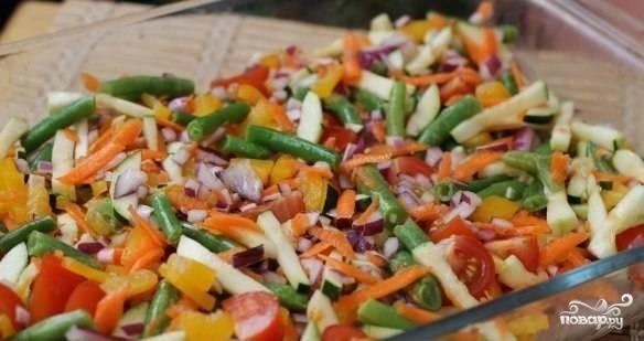 Выкладываем овощи поверх курицы в форму.