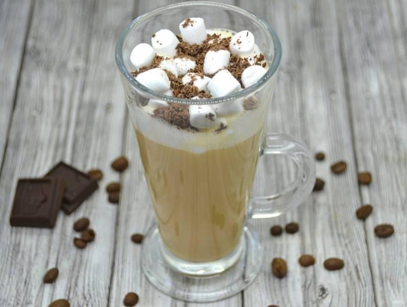 Сверху на пенку выложите маршмеллоу, посыпьте тертым шоколадом.  Прекрасный напиток готов, это очень вкусный десертный, но при этом бодрящий напиток.