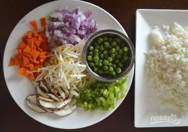 Овощи и грибы порежьте мелкими кусочками. Отварите рис (я использую остатки от обеда). Яйца взбейте и обжарьте, постоянно перемешивая лопаткой, чтобы получились кусочки омлета.