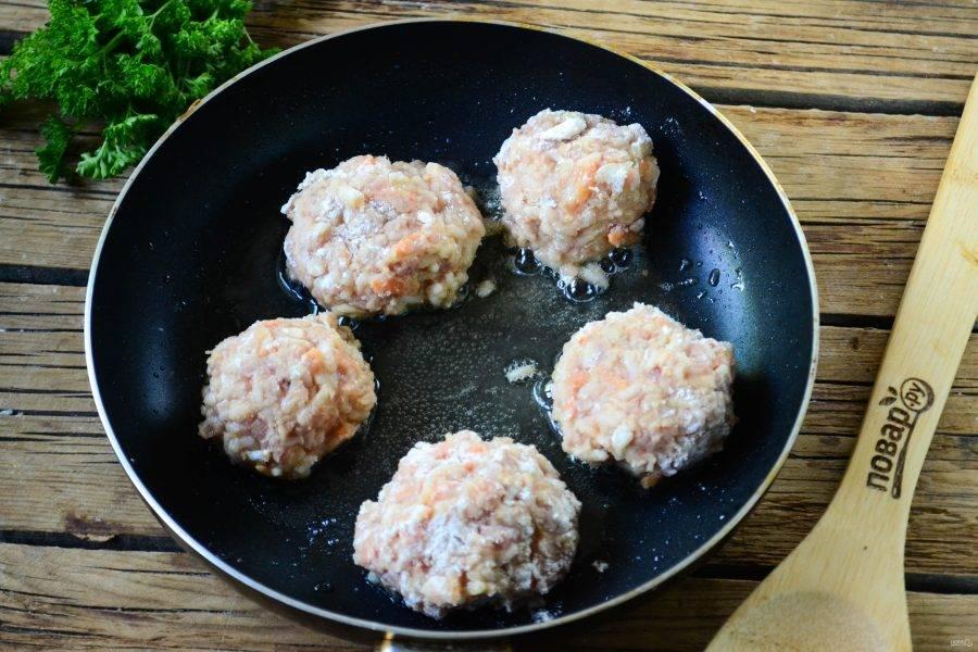 Из фарша сформируйте небольшие шарики и обжарьте их на сковороде в небольшом количестве масла.