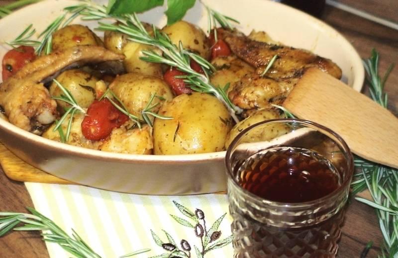 Вот и готова наша курица с картошкой на сковороде! Выкладываем на блюдо, можно украсить зеленью. Приятного аппетита!