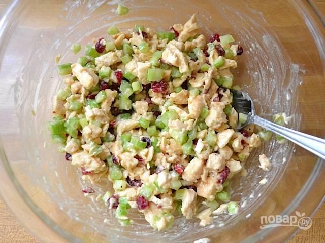 7.Перемешиваю салат и отправляю в холодильник, чтобы курица пропиталась соусом, по вкусу солю.