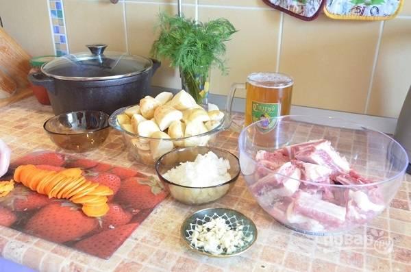2. Ребра вымойте, обсушите и нарежьте порционно, картофель — крупными кусочками. Очистите и измельчите лук, чеснок, морковь.
