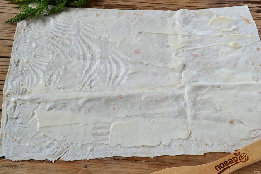 Лист лаваша смажьте мягким сливочным сыром.