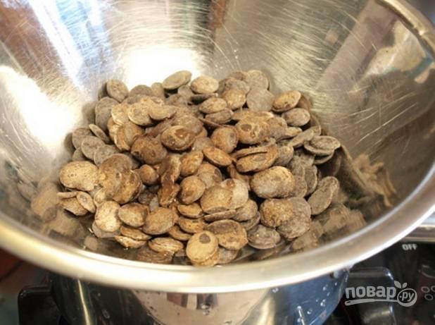 1.В миску выложите черный шоколад (не менее 65% содержания какао). Влейте 60 миллилитров воды и растопите, затем отложите в сторону и оставьте для остывания.