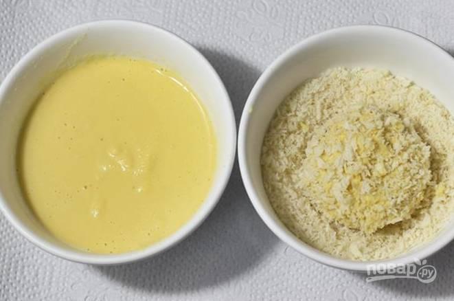 В миске смешайте яйцо с рисовой или пшеничной мукой. В другую миску выложите сухарики. Каждую котлетку обмокните в кляр и в сухари.