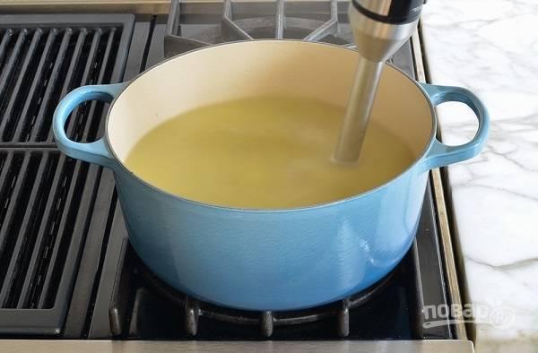 7. Измельчите с помощью погружного блендера овощи. Влейте сливки, поставьте на огонь и прогрейте. Все, суп-пюре с пореем можно подавать к столу. Приятного аппетита!