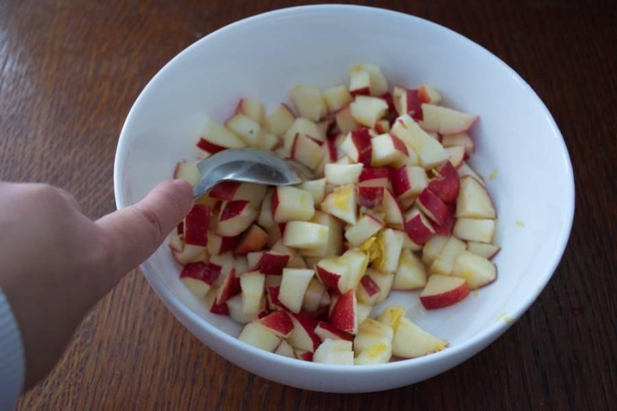 7. Яблоки очистить от серединок. Нарезать кубиком. При помощи терки снимите с лимона цедру. После этого разрежьте лимон пополам и из половинки лимона выдавите сок на нарезанные яблоки. Перемешайте. Добавьте цедру.