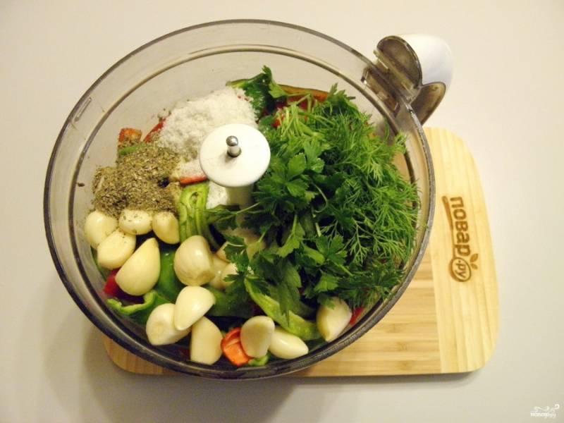 Добавьте в чашу измельчителя очищенный чеснок, вымытую зелень, сушеную зелень, соль.