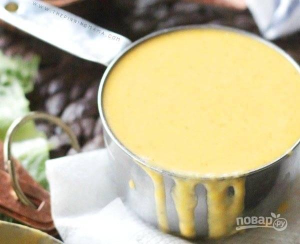 Подайте сырно-чесночный соус теплым.