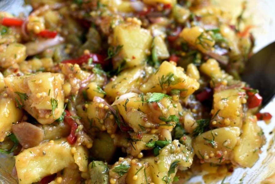В конце попробуйте и посолите салат по вкусу. Оставьте остывать и настаиваться, а затем уберите салат минут на 20 в холодильник – охлажденный он вкуснее.