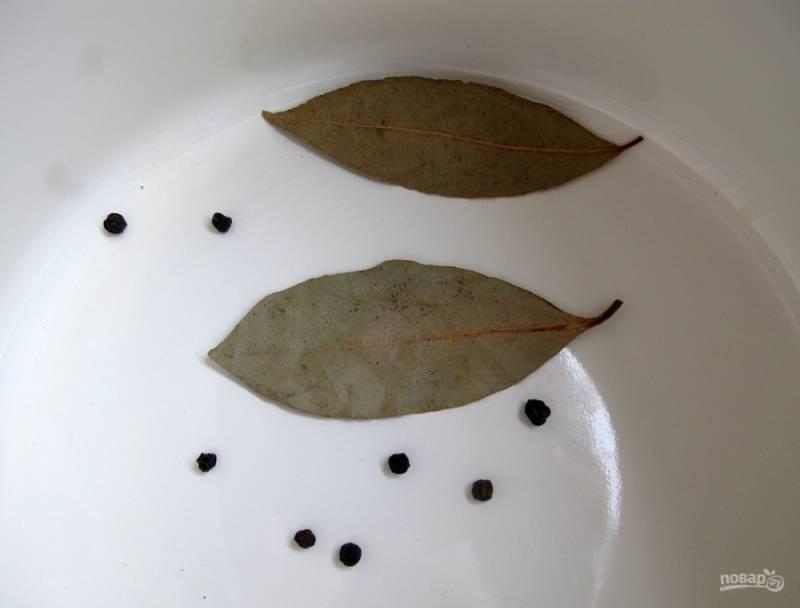 6. Теперь берем кастрюлю, в которой будем солить капустку (если есть дубовая бочка, используйте лучшее ее). Выкладываем на дно лавровый лист и черный перец горошком.