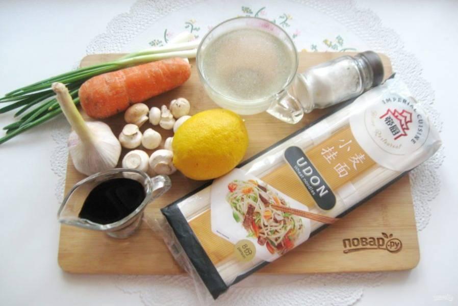 Подготовьте ингредиенты для приготовления китайского супа с лапшой.