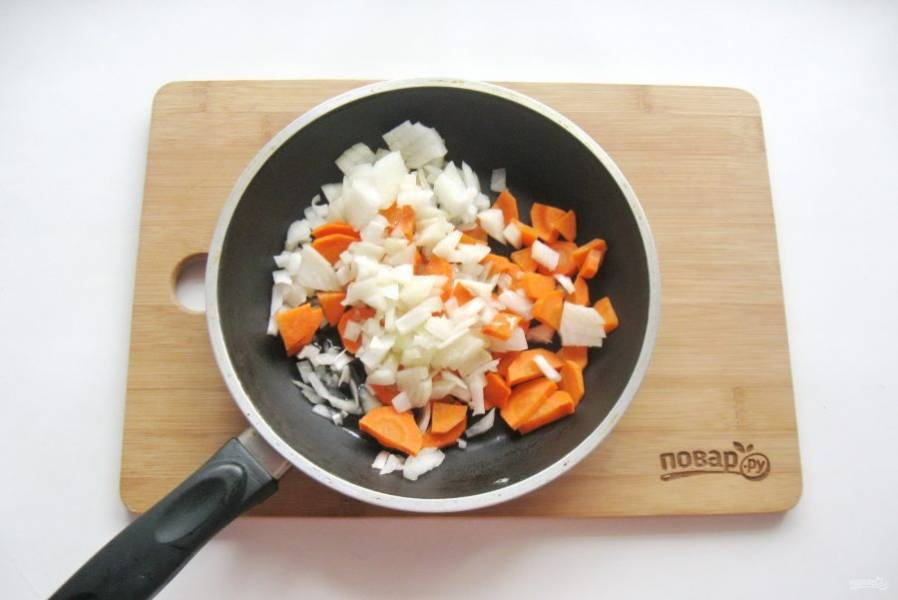 Морковь и лук очистите, помойте и нарежьте, выложите в сковороду. Налейте рафинированное подсолнечное масло и слегка припустите овощи на сковороде в течение 7-8 минут.