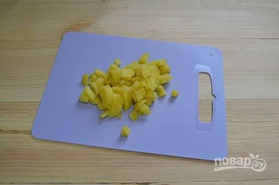 2. Картофель остудите, очистите и нарежьте кубиками.