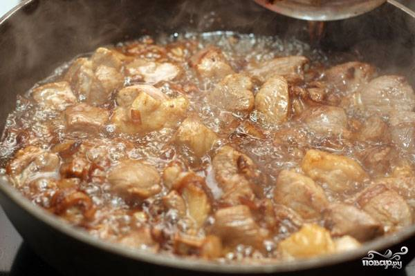 Обжариваем мясо на большом огне, пока оно не приобретет коричневую корочку со всех сторон.