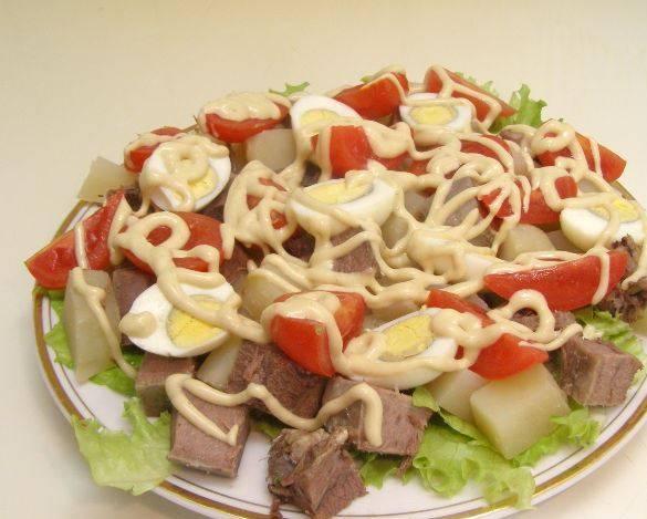 Заправкой поливаем салат, даем ему постоять в холодильнике 10-15 минут. Приятного аппетита!