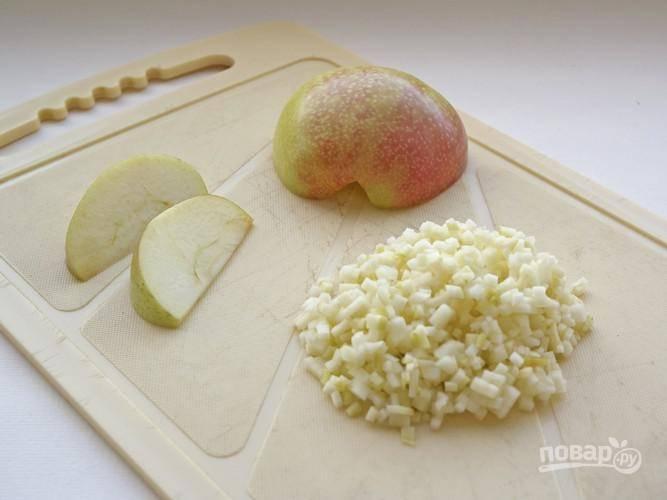 3. Очистите луковицу и измельчите. Яблоко вымойте, обсушите и нарежьте мелко.