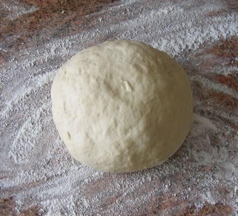 2. Вливаем растительное масло и перемешаем. Затем начинаем домешивать муку, пока тесто не станет однородным и перестанет прилипать к рукам.