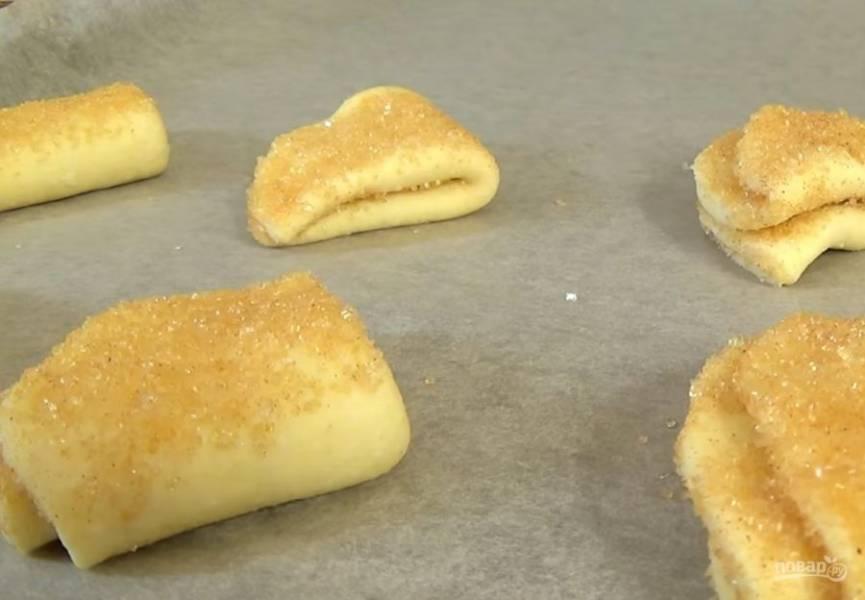 4. Одну сторону треугольника снова окуните в сахар. Выложите печенье на застеленный бумагой для выпечки противень сахарной частью вверх. Выпекайте в разогретой до 200 градусов духовке 15 минут. Приятного аппетита!