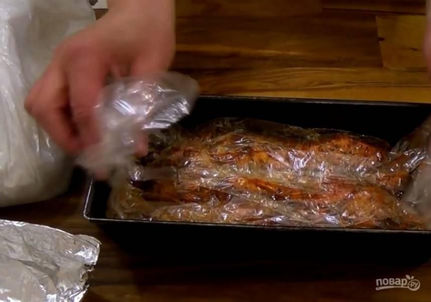 4. Выньте мясо из духовки, развяжите один конец рукава, положите наверх фольгу, сложенную в несколько слоев. Сверху на фольгу положите груз (килограмм крупы) и отправьте остывшее мясо в холодильник на 8 часов.