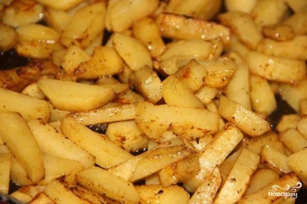 5. Добавляем соленые огурцы и тушим вместе с соусом. Отдельно обжариваем картофель и отправляем к мясу.
