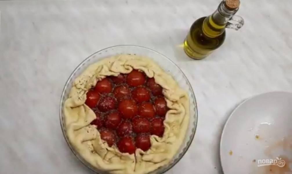 5.  Сверху выложите помидоры срезом вниз. Сверху выложите специи, сбрызните оливковым маслом и накройте фольгой. Выпекайте в разогретой до 200 градусов духовке в течение 40 минут.