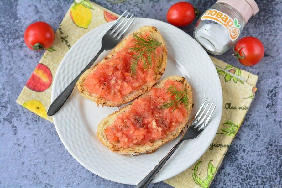 Сразу подавайте к столу. На каждый бутерброд добавьте чуть соли. Поперчите по вкусу. Приятного аппетита!