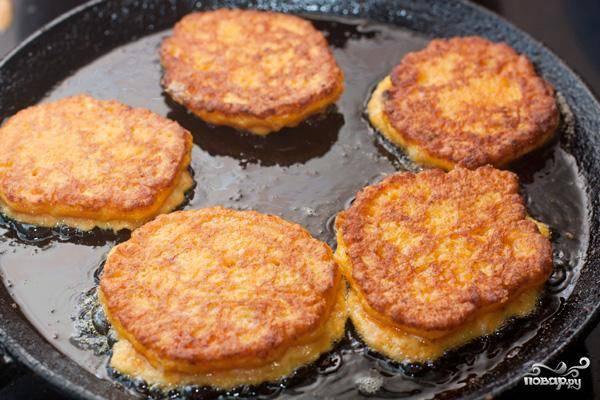 Из получившегося масла жарим оладьи на сковороде с разогретым маслом. Масла нужно немного. Огонь должен быть не слишком быстрым - иначе корочки начнут подгорать, а внутри оладьи будут сырыми.