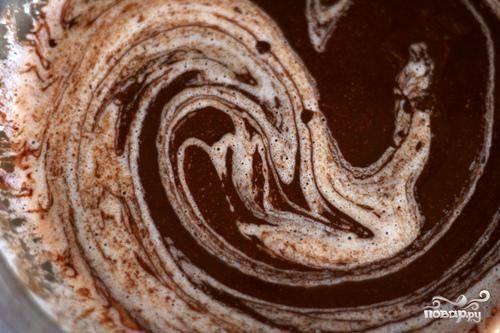 2. Сделать тесто. Крупно нарезать шоколад и поместить его в большую миску. В маленькой кастрюле растопить сливочное масло на среднем огне. Вылить масло на шоколад и взбить до однородной массы. В другой миске смешать сахар, муку, крахмал и соль. Добавить мучную смесь в шоколадную смесь в 3 захода, взбивая после каждого добавления. Добавить 2 яйца и взбить, затем добавить оставшиеся 2 яйца и взбить. Не перемешивать тесто слишком долго.