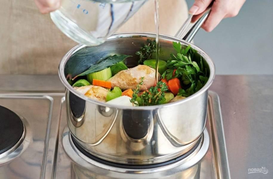 1. В большую кастрюлю поместите мясо и налейте воды. Варите бульон до готовности мяса. Затем добавьте в кастрюлю крупно нарезанные овощи: лук-порей, 2 моркови, 2 сельдерея, луковицу, тимьян. Приправьте бульон солью и перцем по вкусу.