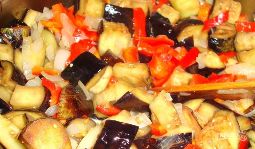 2. Займемся начинкой. Помойте и нарежьте баклажан, посыпьте обильно солью и оставьте - так уйдет лишняя горечь. Курицу разморозьте, нарежьте маленькими кусочками и обжарьте со специями. Лук и перец помойте, почистите и нарежьте. Баклажаны промойте от соли и добавьте к остальным овощам. Обжарьте все вместе до готовности перцев. Перемешайте курицу и овощи - начинка готова!