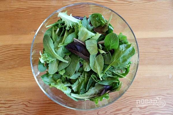 Салат промойте и немного нарвите руками. Положите его в салатницу.