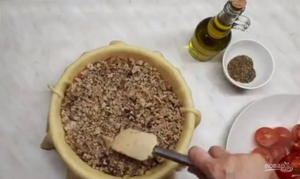 4. Обжарьте лук с грибами до готовности. Затем выложите мясо, посолите, поперчите. Обжаривайте начинку в течение 5-8 минут. Выложите слегка остывшую начинку на тесто и заверните края теста сверху.