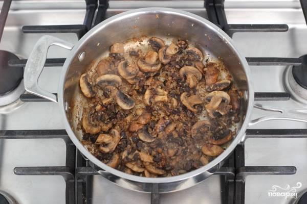 1. Для подготовительного этапа указанное количество воды доведем до кипения, размочим в кипятке сушеные грибы (10-15 минут). Дальше на растительном масле обжарим измельченные шампиньоны, размоченные грибы, лук и чеснок.