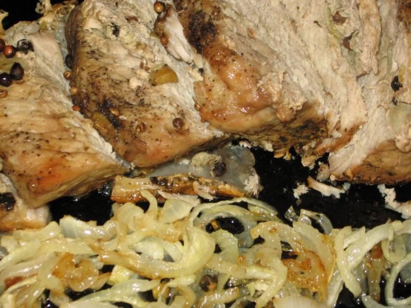 7. Во время запекания надрезы на мясе немного разойдутся, оно будет готовиться в собственном соку и обогащаться ароматом специй. Подавайте свинину в горячем виде вместе с гарниром или овощами.