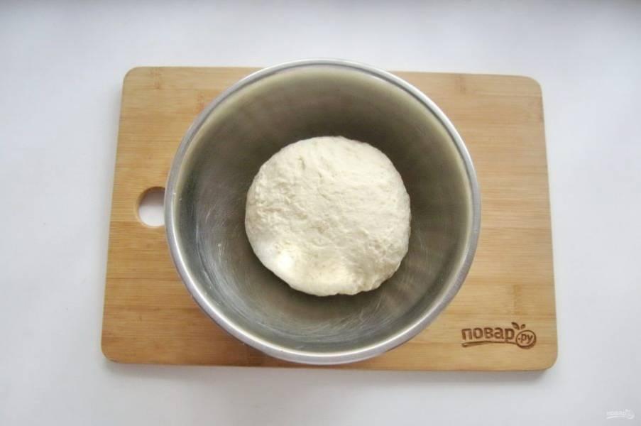 Замесите крутое, но эластичное тесто. Месить нужно минут 10, не меньше. Затем накройте тесто полотенцем и дайте отдохнуть 20 минут.