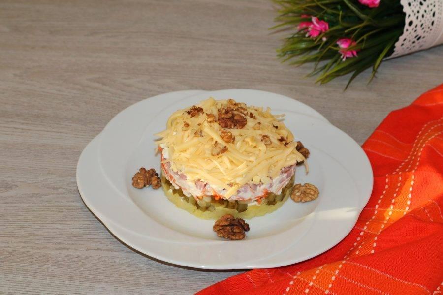 """Сверху салат посыпьте измельчёнными грецкими орехами.  Салат """"Шикарный"""" готов!  Готовьте с удовольствием!"""