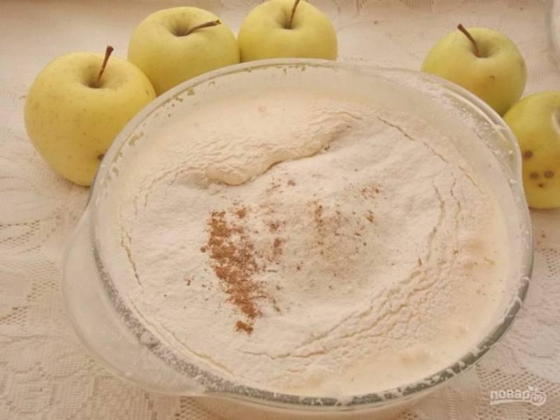 5. Добавьте муку и корицу, а также разрыхлитель и соль по вкусу. Продолжайте замешивать тесто.