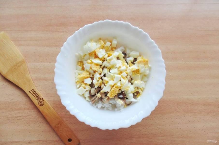 Яйца сварите вкрутую, охладите и очистите, мелко нарежьте. Добавьте в салат.