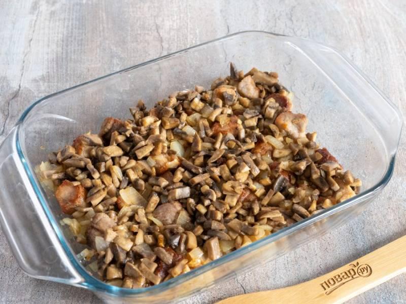 Для третьего слоя обжарьте нарезанные грибы. Подсолите их по вкусу.