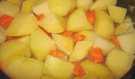 Засыпать картошку и тушить еще 10 минут. Затем положить морковь и лук.